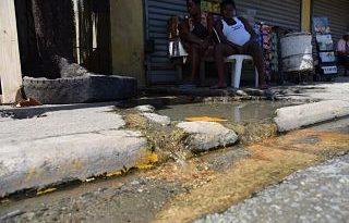 Años de desperdicio de agua en el 13 de Carretera Sánchez