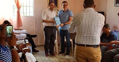 Diputado de El Seibo entrega 300 mil pesos en bonos a 10 instituciones
