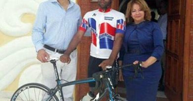 Johnny Jones entrega bicicleta a Carlos M. Acosta