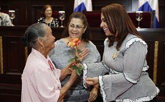 """Karen Ricardo realizóel acto de reconocimiento""""Madre Querida de Mi Barrio2018""""por el Día de las Madres."""