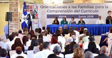 Andrés Navarro entrega a familiares de estudiantes de la región sur nuevo currículo escolar