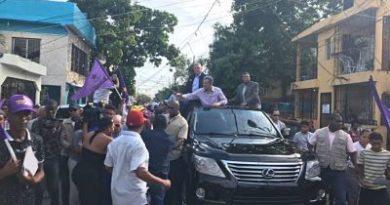 Leonel y exfuncionarios de su gobierno recorren barrios de Santo Domingo