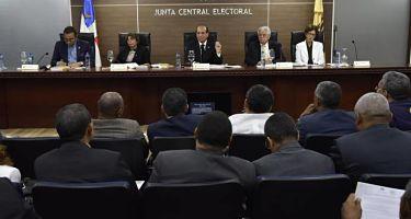 Los aspirantes y partidos buscan la forma de seguir activos sin violar la prohibición de la JCE