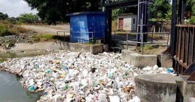Canales de riego, llenos de basura
