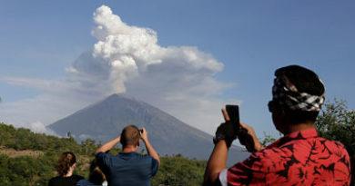 Miles de turistas bloqueados en Bali por una erupción volcánica