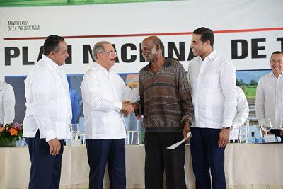 """Danilo Medina entrega 457 títulos definitivos en Monte Plata: """"Usted le ha puesto un rostro humano a la Presidencia"""""""