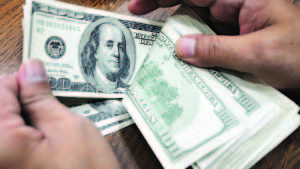 El dólar se desploma ante el euro y otras divisas