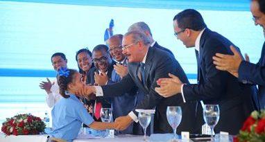 En Cristo Rey, estudiantes y profesores reciben felices la escuela Puerto Isabela. Danilo les entrega plantel amplio, seguro y moderno