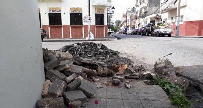 Colapso de drenaje en una calle de la Ciudad Colonial tiene 10 años sin solución