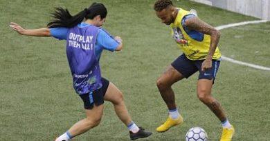 Neymar vuelve a jugar fútbol callejero