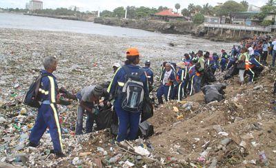 Contaminación: 'Beryl' arrastró al malecón la basura tirada en los ríos Ozama e Isabela