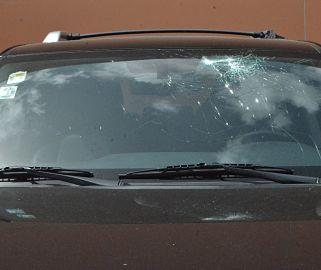 Grupos ladrones agreden autos en Las Américas
