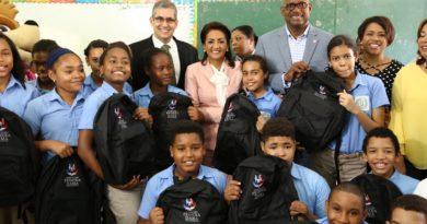 Cándida Montilla de Medina inicia entrega de útiles escolares en beneficio de 70,000 estudiantes para el año escolar 2018-2019