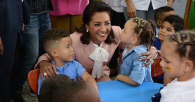 Cándida Montilla de Medina motiva a estudiantes a sentir ilusión de nuevo año escolar; inicia entrega 70 mil mochilas