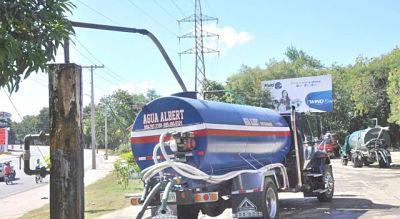 Escasez de agua fortalece venta en camiones cisterna