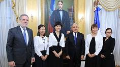 Presidente Danilo Medina recibe visita cortesía de encargada de negocios República Popular China