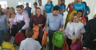 Roberto Ángel Salcedo y la senadora Sonia Mateo entregan útiles escolares en Dajabón