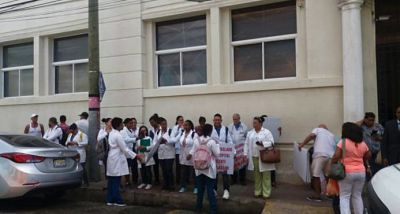 Médicos del Hospital Padre Billini protestan por reapertura de servicios sanitarios