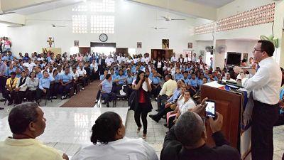"""Andrés Navarro """"lleva soluciones concretas"""" a barrios Capotillo y Simón Bolívar para elevar calidad educativa"""