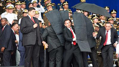 VIDEO: Momento exacto de rápida reacción de guardia presidencial para proteger a Maduro con escudos.