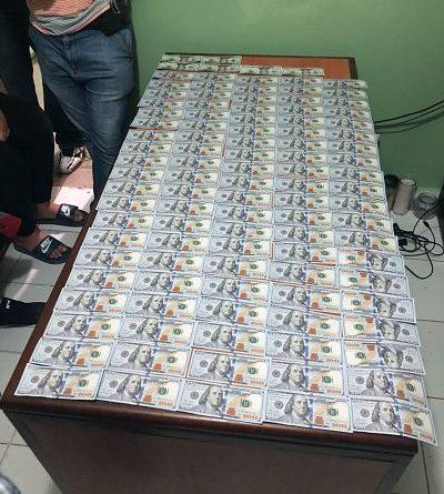 Policía apresa turista estadounidense con 10 mil dólares falsos