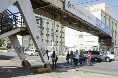 Puentes peatonales están abandonados a su suerte