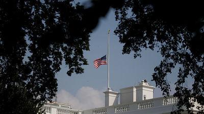 Trump ordena devolver a media asta las banderas tras presiones para rendir homenaje a McCain