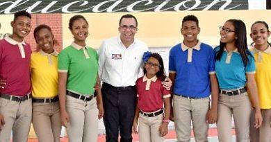 Ministro Educación reitera uniformes son gratuitos