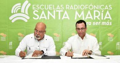 Ministro de Educación, Andrés Navarro dará más apoyo a escuelas radiofónicas Santa María