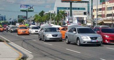 Choferes paralizan tránsito en la 27 de Febrero contra alza de los combustibles