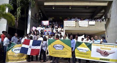 Técnicos docentes de Santiago marchan por conclusión de evaluaciones