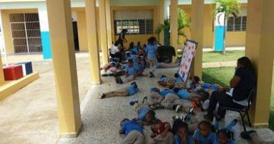 Estudiantes y maestra se intoxican en escuela de Nagua
