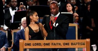 Indignación con obispo que manoseó y se burló de Ariana Grande en funeral de Aretha Franklin