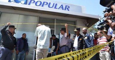Policía mata a uno de los asaltantes del Banco Popular del ensanche Isabelita