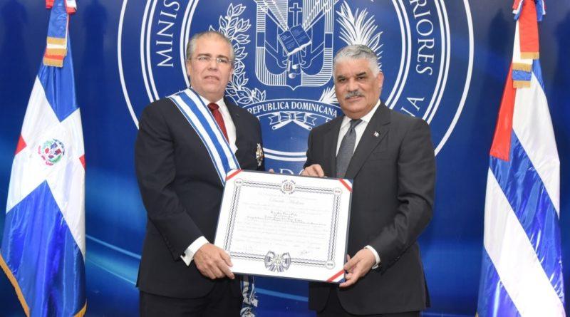 Canciller Miguel Vargas condecora a embajador de Cuba en RD