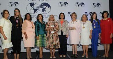 Embajadora Rosa Hernández de Grullónrecibe reconocimiento de mujeres empresarias