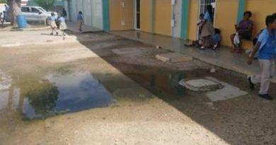 Escuela suspende clases por hedor en San Pedro de Macorís