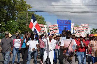 """Comunidades de Villa Mella se movilizan ante los """"oídos sordos"""" de las autoridades"""