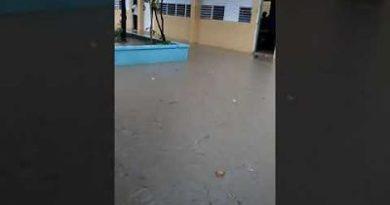 """Vea como escuela de Manoguayabo se inunda desde que cae un """"chin de agua"""""""