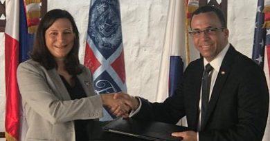 Directora de la Paz de RD Kristin Kaper y el Ministro de Educacion Andres Navarro firman carta de Entendimiento