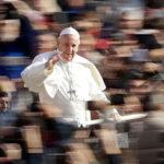 """""""La lengua mata como un cuchillo"""": El papa Francisco compara a los chismosos con los terroristas"""