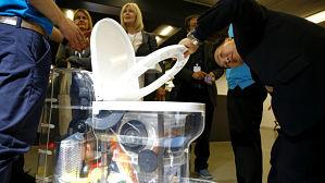 Bill Gates presenta un inodoro futurista que funciona sin agua