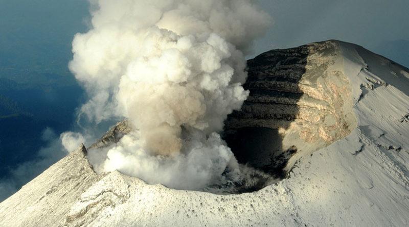México: El volcán Popocatépetl entra en erupción y emite una fumarola de 2 kilómetros