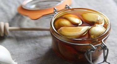 Cómo hacer miel de ajo medicinal y para qué sirve.