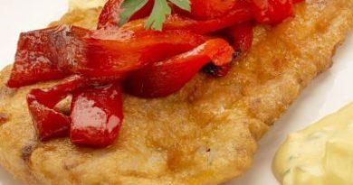 Corvina rebozada con salsa tártara y pimientos