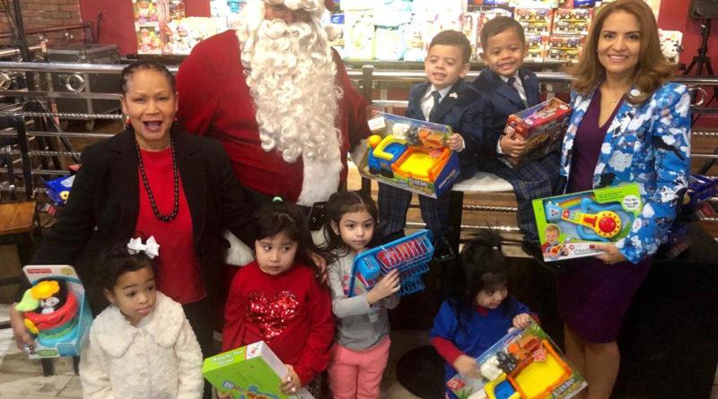 Fundación Miosotis Cabrera entrega juguetes por cuarto año a cientos de niños en el Alto Manhattan