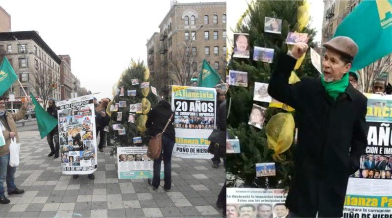 Opositores montan árbol navideño contra corrupción en plaza del Alto Manhattan