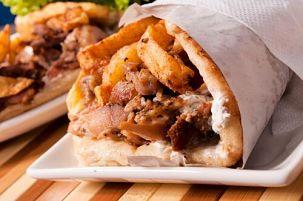 Pollo al estilo griego con salsa Tzatziki