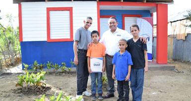 INVI entrega nueva vivienda a hombre que vivía en un carro con sus tres hijos