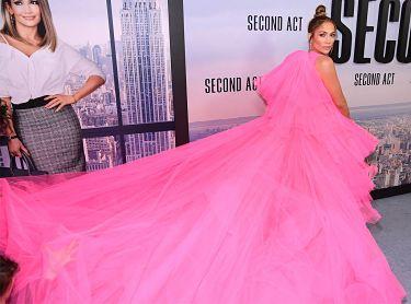 Jennifer Lopez desfiló por la alfombra roja convertida en un enorme algodón de azúcar